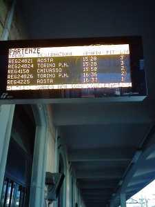 Ivrea. Due treni: Stesso Orario stesso binario