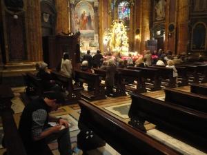 Momento di meditazione e riflessione. Interno Basilica Maria Ausiliatrice. 23 maggio. Ore 19 circa. Foto, Romano Borrelli