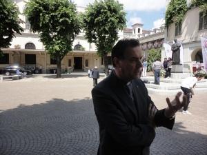 Torino 24 maggio 2014. Cortile Maria Ausiliatrice. Il Rettor Maggiore mentre rilascia un'intervista a La Stampa di Torino