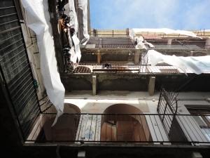 Torino. Casa di ringhiera, interno con un dipinto dedicato a Maria Ausiliatrice. Foto, Romano Borrelli