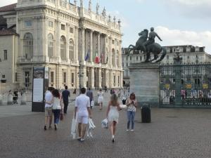 Torino 29 giugno 2014. Piazza Castello. Verso Piazza San Carlo, tavola in ...bianco. Foto, Romano Borrelli