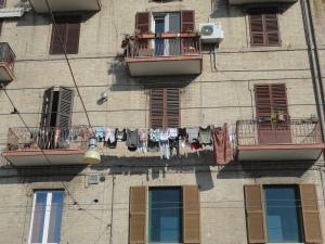 Foto, Romano Borrelli. Panni stesi ad asciugare, al mare.