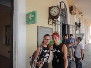 Gallipoli 7 agosto 2014, Stazione Sud-Est. In attesa del treno, sotto l'orologio. Foto, Romano Borrelli