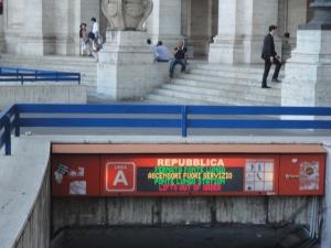Roma, agosto 2014. Fermata metro. Foto, Romano Borrelli