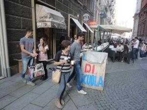 Torino, 27 settembre 2014. Davanti una libreria. Foto, Romano Borrelli