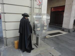 Zorro al telefono. Piazza Castello. Torino, 27 settembre 2014. Foto, Romano Borrelli
