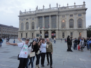 Piazza Castello. Abbracci in piazza. Foto, Romano Borrelli