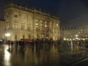 Torino 1 dicembre 2014. In piazza Castello, i torinesi in attesa...luce albero e casella presepe........foto, Romano Borrelli