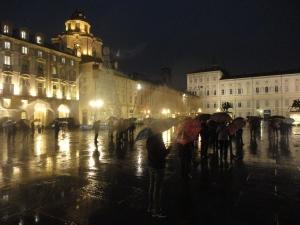 Torino 1 dicembre 2014, piazza Castello, torinesi in attesa di luce per albero e casella presepe. Foto, Romano Borrelli