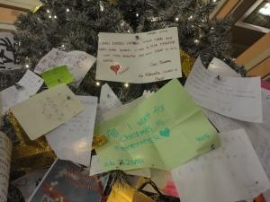 Torino 25 dicembre 2014. Atrio Porta Nuova. Letterine sull'albero. Foto, Romano Borrelli