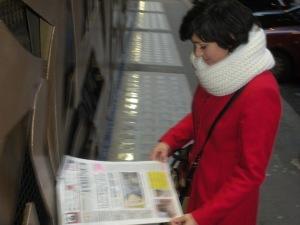 Torino, via Verdi, dicembre 2013, lettrice de La Stampa, foto, Romano Borrelli