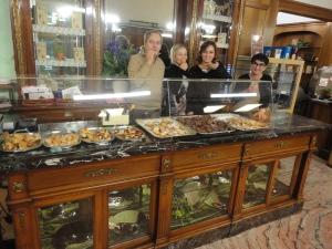 Torino 25 gennaio 2015, Pasticceria Sida. Papà Mario, le sorelle Serena, Elena, mamma Maria.Foto, Romano Borrelli