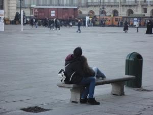 Torino, piazza Castello, 27 gennaio 2015. Giovane coppia in silenzio. Foto, Romano Borrelli
